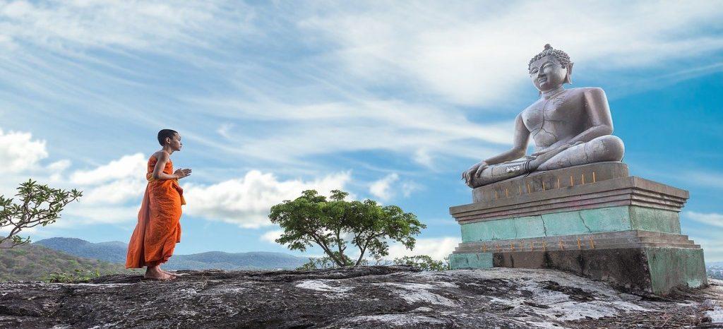 moine-priere-bouddhisme-statute-bouddha